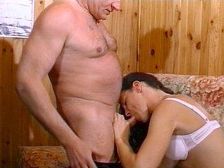 Papi et son pote baise une salope