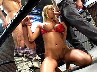 Pouf dévergondée vient poser son cul sur un ring de boxe.