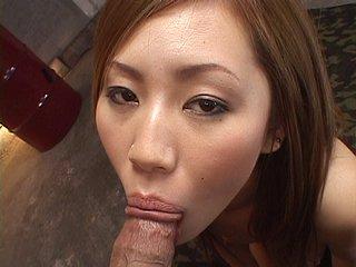 Elle se fait gicler 10 fois sur la gueule par les potes de son mari !