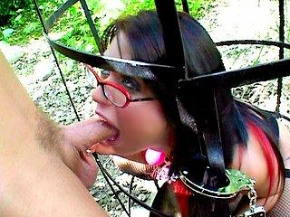 Femme à lunettes étouffée par un gros dard !